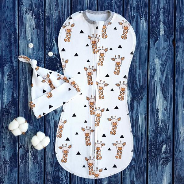 Комплект: пеленка кокон на молнии и шапочка с узелком, жирафы на белом