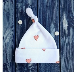 Шапочка сердечки на белом фоне, с узелком