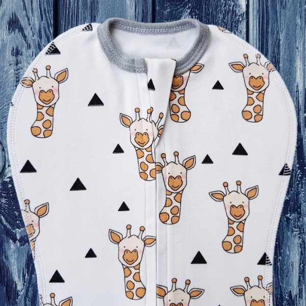 Комплект: пеленка кокон на молнии, жирафы на белом и шапочка без ушек