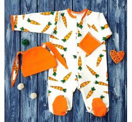 Набор из комбинезона и шапочки с ушками, морковки на молочном фоне