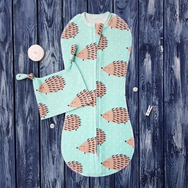 Комплект: пеленка кокон на молнии и шапочка с узелками, ежики