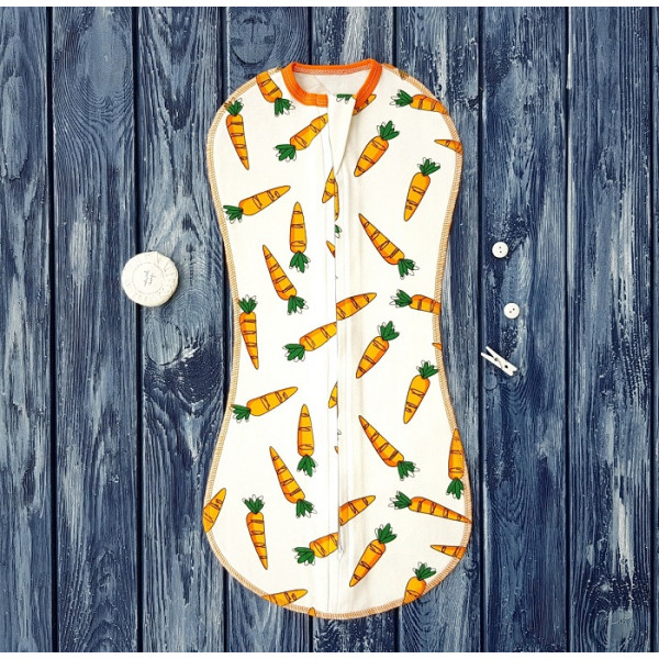 Пеленка кокон на молнии, морковки на молочном фоне, размер 12 месяцев