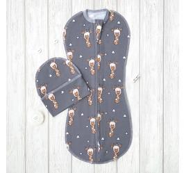 Комплект: пеленка кокон на молнии, жирафы на сером и шапочка без ушек