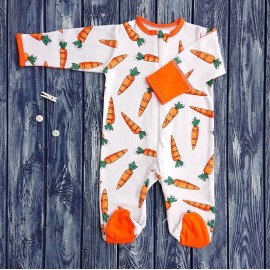 Комбинезон-ползунки на молнии, морковки на молочном фоне